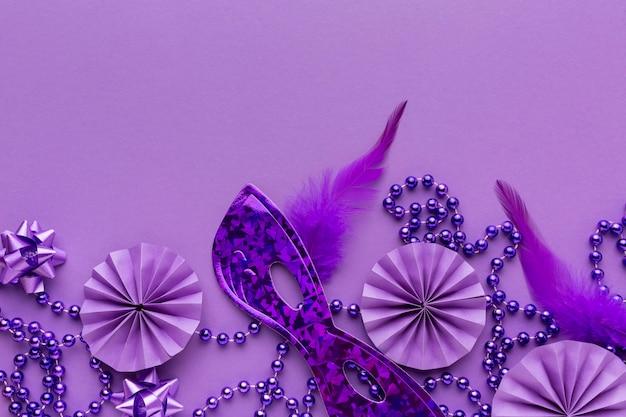 Widok z góry fioletowa maska i dekoracje