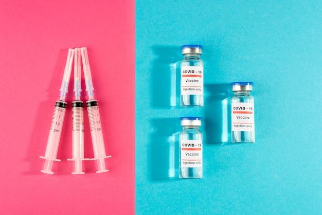 Widok z góry fiolki i strzykawki na szczepionki