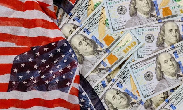 Widok z góry flagi amerykańskiej na dolary amerykańskie