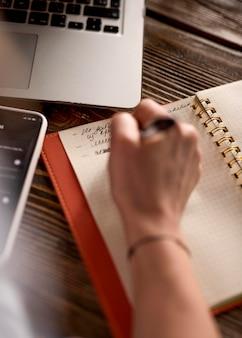 Widok z góry freelance kobieta notatek