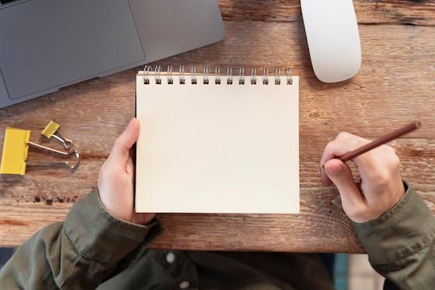 Widok z góry freelancer robienie notatek