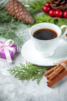 Widok z góry gałęzie sosny mały prezent filiżanka herbaty na szarym tle