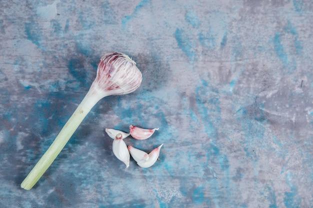 Widok z góry garlics na teksturowanej powierzchni
