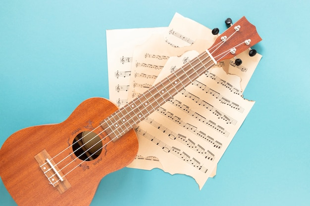Widok z góry gitara akustyczna z niebieskim tłem