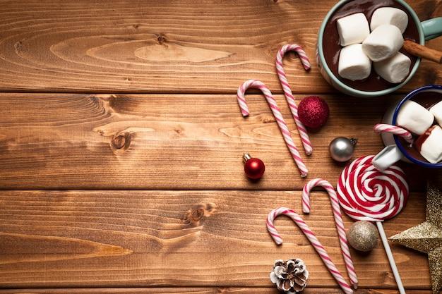 Widok z góry gorąca czekolada z cukierkami