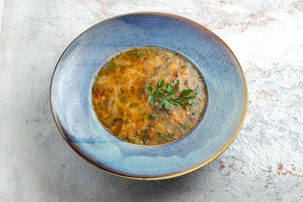 Widok z góry gorąca zupa jarzynowa na jasnej białej przestrzeni