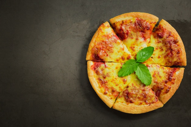 Widok z góry gorącego sera do pizzy