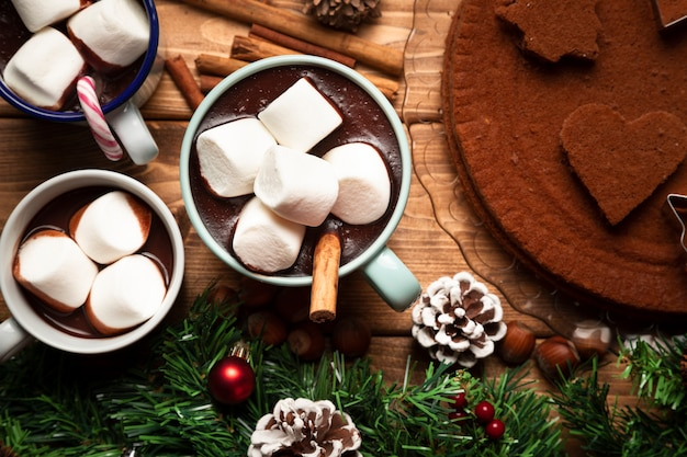 Widok z góry gorącej czekolady ze słodyczami