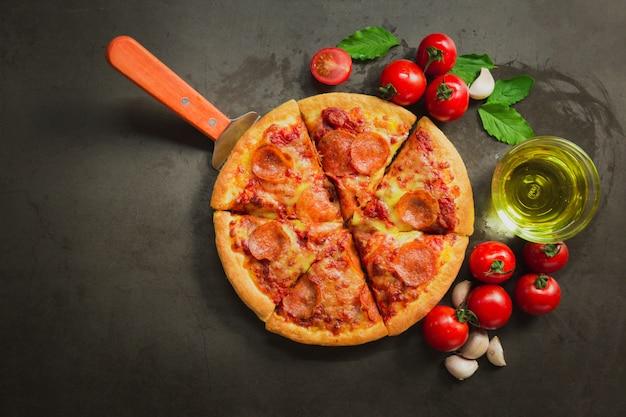 Widok z góry gorącej pizzy pepperoni