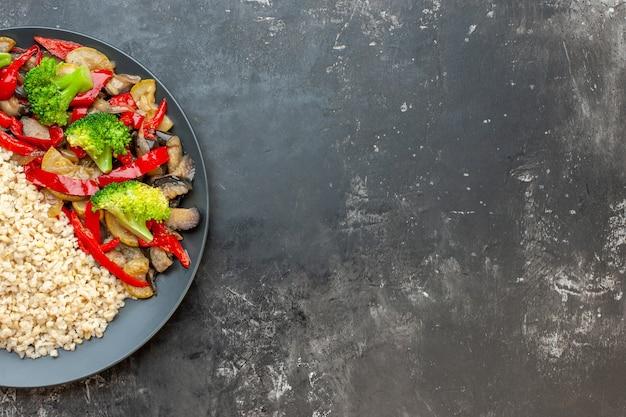 Widok z góry gotowana kasza pęczak z gotowaną z warzywami