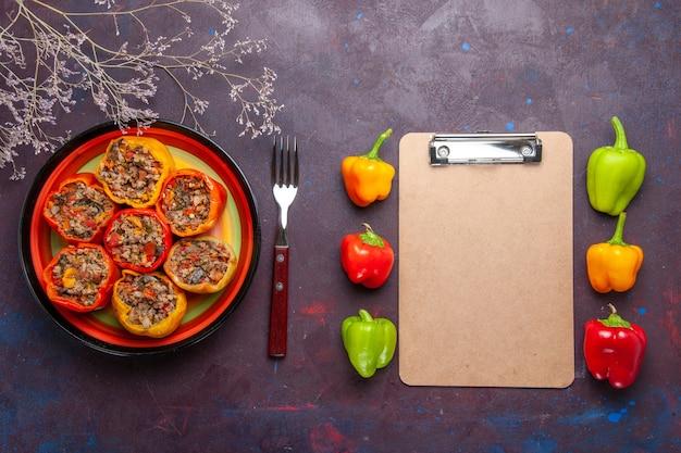 Widok z góry gotowana papryka z mielonym mięsem na szarej powierzchni wołowina dolma jedzenie mięso warzywne