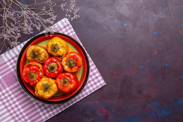 Widok z góry gotowana papryka z mielonym mięsem na szarej wołowiny z warzywami dolma