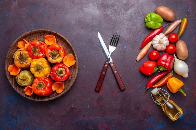 Widok z góry gotowana papryka ze świeżymi warzywami na ciemnej powierzchni posiłek warzywny mięso mięso dolma