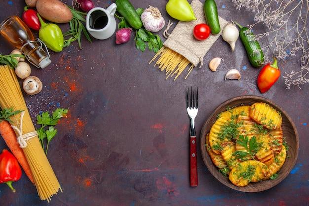 Widok z góry gotowane ziemniaki pyszne danie z zielenią na ciemnej powierzchni danie do gotowania ziemniaki obiad posiłek jedzenie