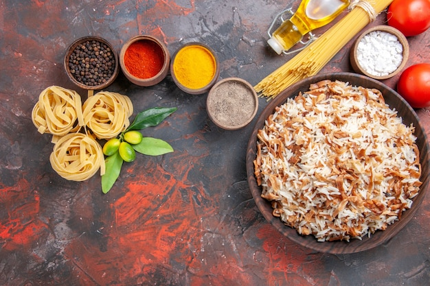 Widok z góry gotowany ryż z przyprawami na ciemnej powierzchni danie z jedzeniem ciemne zdjęcie posiłku