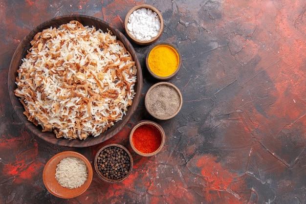 Widok z góry gotowany ryż z przyprawami na ciemnej powierzchni posiłek zdjęcie danie ciemne