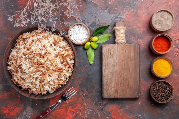 Widok z góry gotowany ryż z przyprawami na ciemnej powierzchni zdjęcie dania z ciemnego posiłku