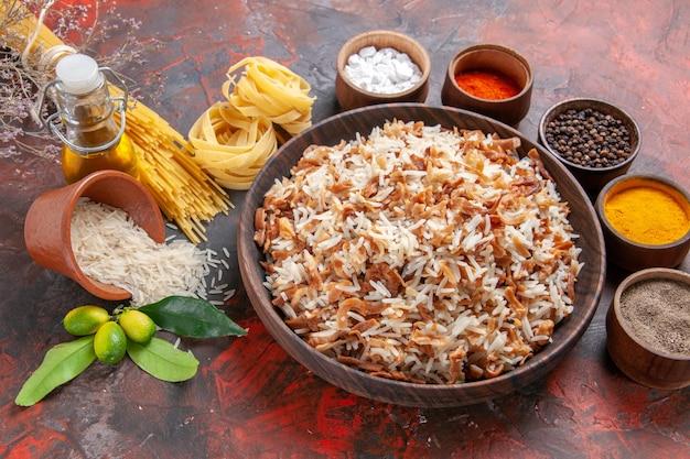 Widok z góry gotowany ryż z przyprawami na ciemnym naczyniu ze zdjęciem posiłku