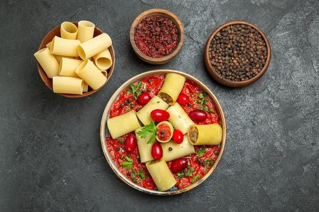 Widok z góry gotowany włoski makaron pyszny posiłek z sosem pomidorowym i przyprawami na szarym tle ciasto makaron mięsny sos żywności