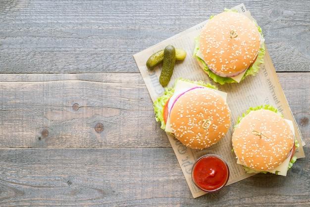 Widok z góry grupa hamburgerów z sosem na drewnianym