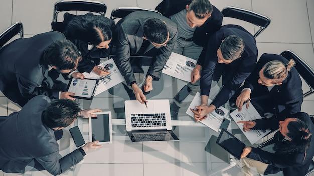 Widok z góry. grupa robocza omawiająca biznesplan finansowy. zdjęcie z przestrzenią do kopiowania.