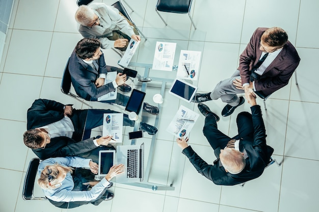 Widok z góry. grupa robocza pracuje z dokumentami finansowymi. pomysł na biznes.