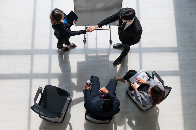 Widok z góry grupa spotkania zespołu biznesowego w nowoczesnym biurze