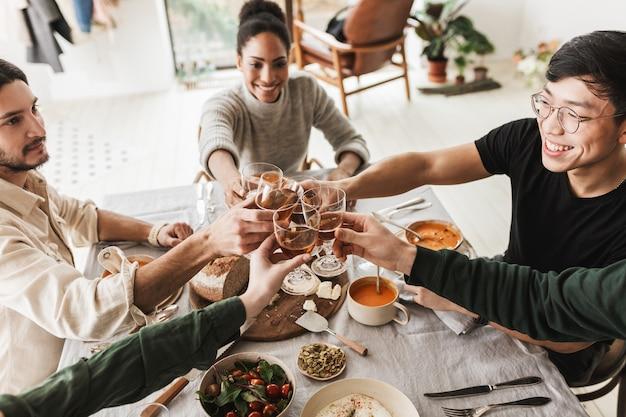 Widok z góry grupy międzynarodowych przyjaciół trzymających w rękach kieliszki wina