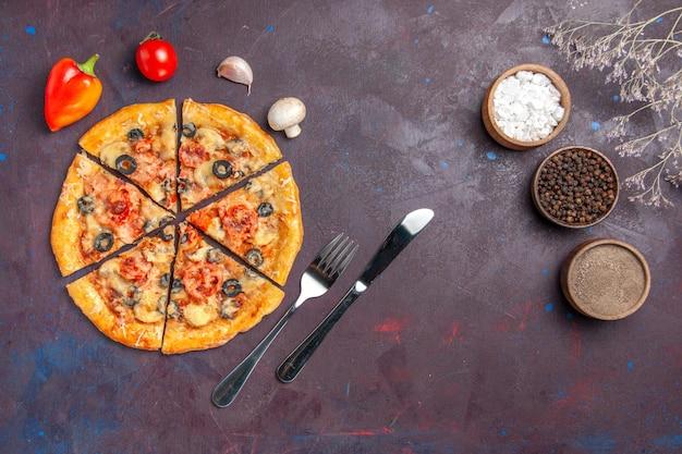 Widok z góry grzybowa pizza pokrojona z serem i oliwkami na ciemnej powierzchni włoska pizza z mąką do pieczenia ciasta