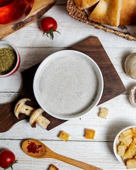 Widok z góry grzybowa zupa podana na desce