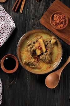 Widok z góry gule kambing jawa timur lub curry z jagnięciny east java, pyszne menu na eid al adha. zwykle podawany z sate kambing (szaszłyki z baraniny)