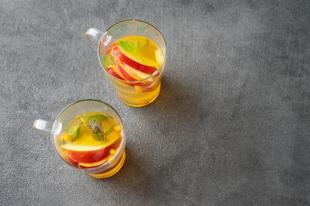 Widok z góry herbaty jabłkowej na dwie szklane filiżanki