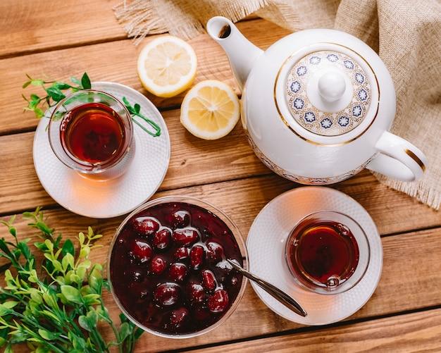 Widok z góry herbaty w szklance armudu podawanej z azerbejdżańską murabbą i cytryną