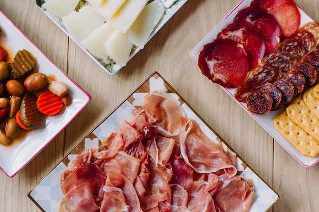 Widok z góry hiszpańskie tapas. płaska kompozycja różnych potraw