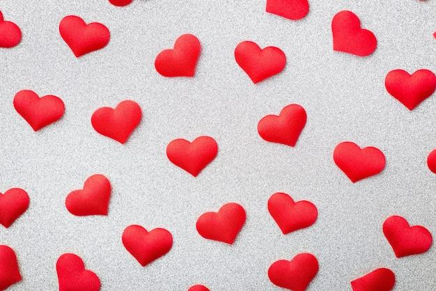 Widok z góry i bliska wielu czerwonych ozdobnych serc na białym tle
