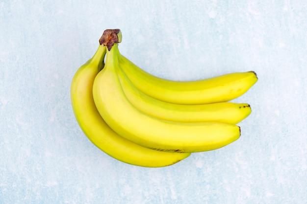 Widok z góry i zbliżenie dojrzałe żółte kiść bananów