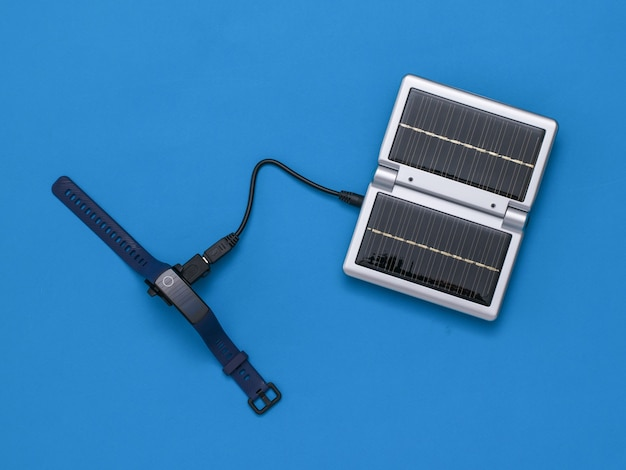 Widok z góry inteligentnej bransoletki ładującej się z energii słonecznej.