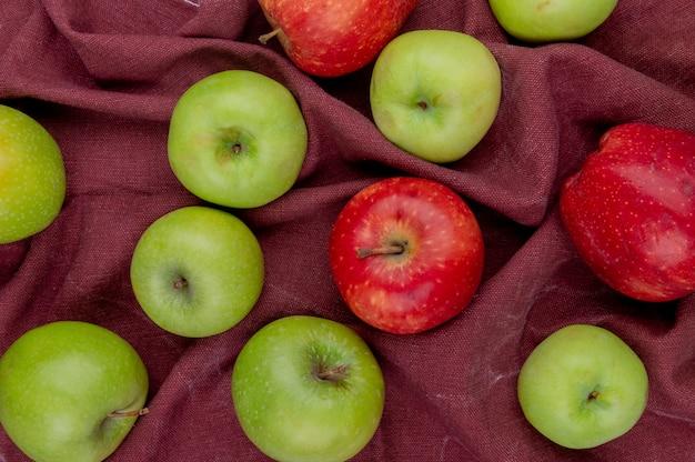 Widok z góry jabłek na bordo szmatki