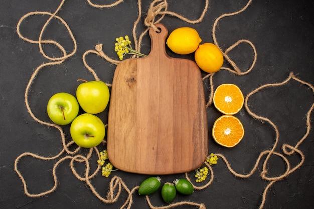 Widok z góry jabłka i cytryny na ciemnym tle owoce łagodne świeże