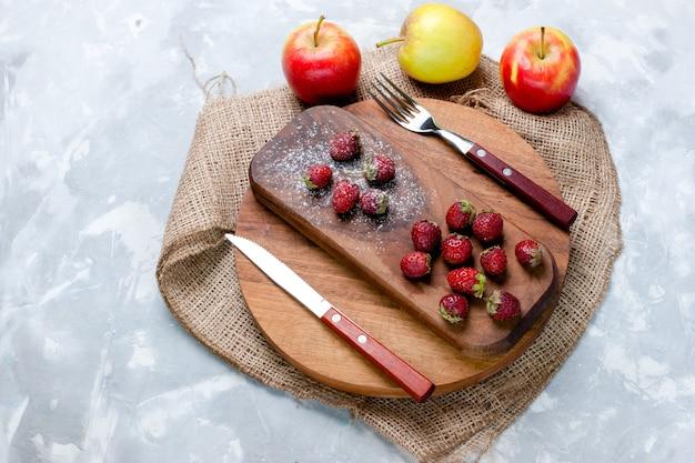 Widok z góry jabłka i truskawki świeże owoce na jasnej powierzchni owoce jagody świeże kwaśne drzewo witaminowe