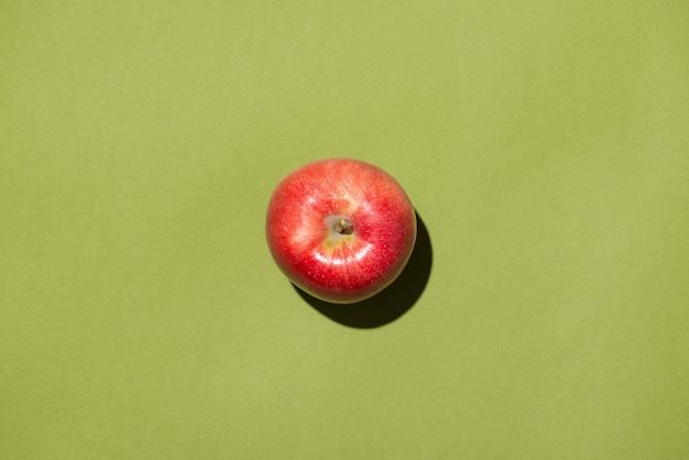 Widok z góry jabłka na zielonym tle.