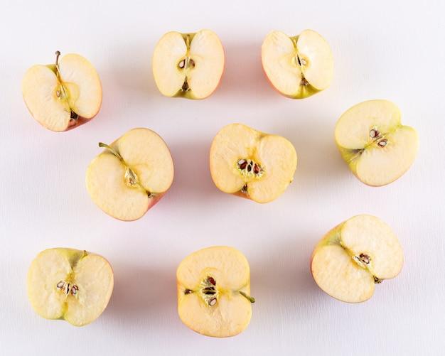 Widok z góry jabłka pokrojone w pół