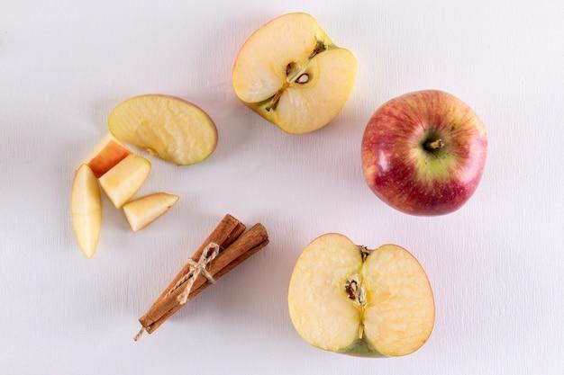 Widok z góry jabłka w połowie pokrojone w cynamon