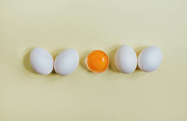 Widok z góry jaj na żółto