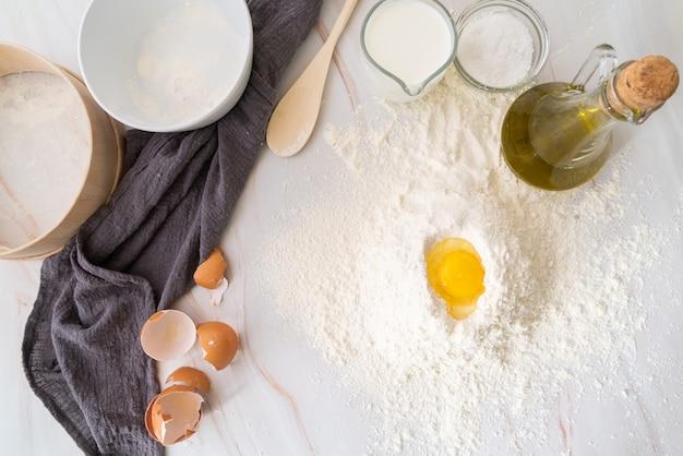 Widok z góry jajko w mące w otoczeniu składników