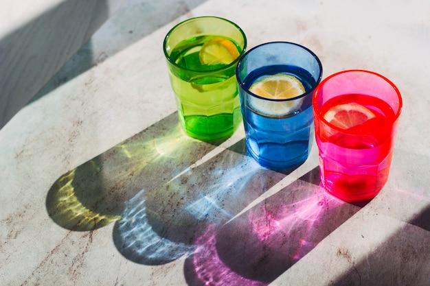 Widok z góry jasne szkło z drinkiem i plasterkiem cytryny