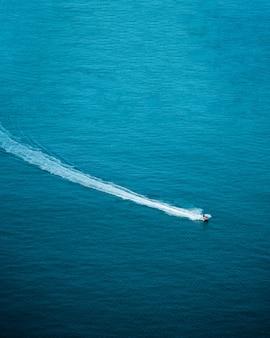 Widok z góry jazdy skuterem wodnym w morzu