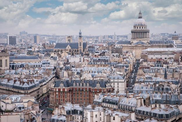 Widok z góry jednej z wież notre dame