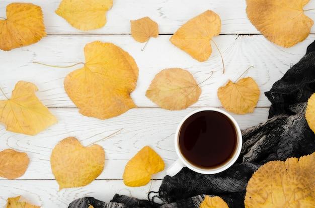 Widok z góry jesienne liście z kawą