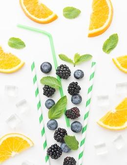 Widok z góry jeżyny i jagody w szkle słomek